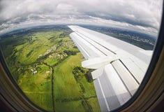 Взгляд от окна самолета на зеленых полях Стоковое Фото