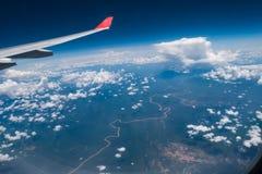 Взгляд от окна самолета показывающ крыло самолета с голубым небом Стоковая Фотография RF
