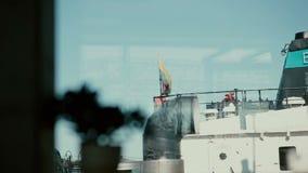 Взгляд от окна смотря вниз на большом пароме который имеет литовский флаг развевая на своей палубе сток-видео