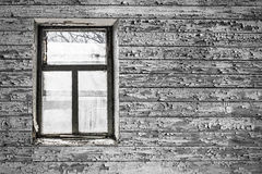 Взгляд от окна старого покинутого дома Стоковое Фото