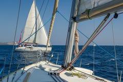 Взгляд от одной плавая палубы яхты к другой курсируя шлюпке Стоковые Фотографии RF