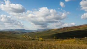 Взгляд от перевала Timelapse осени Свет дня, горы Altai акции видеоматериалы