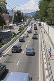 Взгляд от повышенного пешеходного перехода на улице Adler Ленина, Сочи Стоковые Изображения