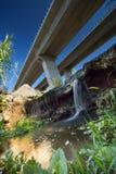 Взгляд от под autoroute и водопада Стоковое Фото