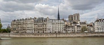 Взгляд от правого берега Сены к острову цитирует Стоковые Изображения RF
