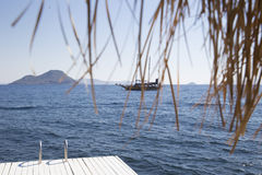 Взгляд от пристани к паруснику плавая на море против th Стоковое Изображение RF