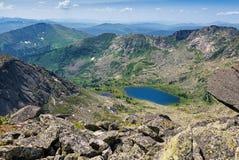 Взгляд от пропуска к озеру горы Стоковые Фотографии RF