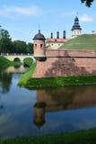 Взгляд от реки к городищу и замок возвышаются Стоковые Фотографии RF