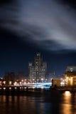 Взгляд от другой стороны реки к пригорку или небоскреба на обваловке Kotelnicheskaya в ноче Стоковое фото RF