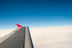 Взгляд от самолета на крыле и облаках Стоковые Изображения RF