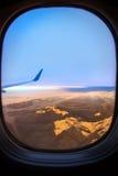Взгляд от самолета над облаками идя домой Стоковое Фото