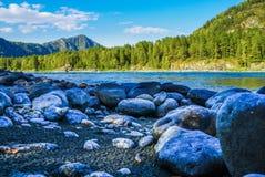 Взгляд от скалистого побережья широких реки и горных видов Стоковые Фото