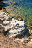 Взгляд от скалы на голубом море Стоковая Фотография RF