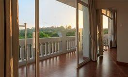 Взгляд от современной белой пустой комнаты Стоковая Фотография