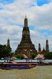 Взгляд от стороны реки на тайских старых центре города и виске Стоковое Изображение