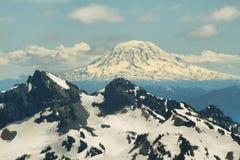 Взгляд от следа горизонта ряда Tatoosh и держателя Адамса Стоковые Изображения