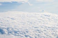 Взгляд от с самолета на облаках Стоковая Фотография