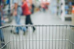 Взгляд от тележки на blured магазине Стоковые Изображения RF