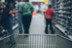Взгляд от тележки на blured магазине Стоковое Изображение RF