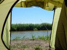 Взгляд от туристского шатра на рыбной ловле стоковая фотография rf