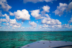 Взгляд от шлюпки на Индийском океане стоковые изображения rf