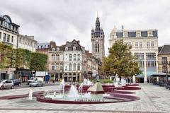 Взгляд от d'Armes места придает квадратную форму на колокольне Douai стоковая фотография rf