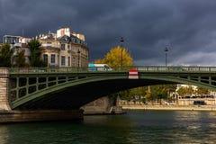 Взгляд от Ile Сент-Луис к Ile de Ла Городу в Париже, Франции Они 2 оставаясь естественных острова в Сене Свой centr Стоковые Изображения