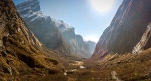 Взгляд от Machapuchare, на треке базового лагеря Annapurna, Nep Стоковое фото RF