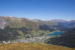 Взгляд от Mt Jakobshorn вниз к Давос & озеро Давос в ¼ Graubà nden в Швейцарии в лете Стоковое Изображение RF