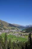 Взгляд от Mt Jakobshorn вниз к Давос & озеро Давос в ¼ Graubà nden в Швейцарии в лете Стоковое фото RF