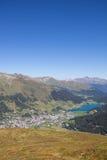 Взгляд от Mt Jakobshorn вниз к Давос & озеро Давос в ¼ Graubà nden в Швейцарии в лете Стоковые Изображения