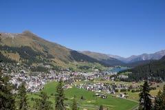 Взгляд от Mt Jakobshorn вниз к Давос & озеро Давос в ¼ Graubà nden в Швейцарии в лете Стоковая Фотография RF