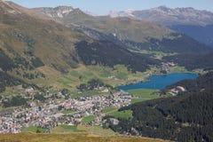 Взгляд от Mt Jakobshorn вниз к Давос & озеро Давос в ¼ Graubà nden в Швейцарии в лете Стоковая Фотография