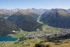 Взгляд от Mt Weissfluhjoch вниз к Давос & озеро Давос в ¼ Graubà nden Швейцария в лете Стоковое Изображение