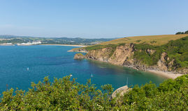 Взгляд от Polkerris Корнуолла Англии для того чтобы Par пляж Стоковые Фотографии RF