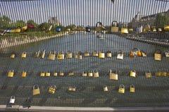Взгляд от Pont des Arts в Париже с замками Стоковые Фото