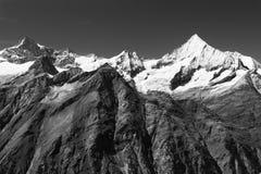 Взгляд от Rothorn, около Zermatt, Швейцария в черно-белом Стоковые Фото