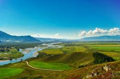 Взгляд долины и реки в горах в лете Стоковые Изображения
