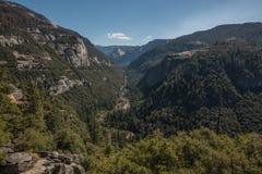 Взгляд долины Yosemite от дороги большого дуба плоской, национального парка Yosemite Стоковые Фотографии RF