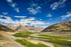 Взгляд долины Zanskar вокруг villange Padum и большого гималайского Стоковые Изображения RF