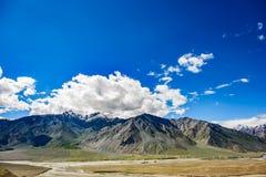 Взгляд долины Zanskar вокруг villange Padum и большого гималайского Стоковая Фотография RF