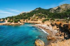 Взгляд одичалого пляжа с лазурной водой, Мальоркой, Испанией стоковые изображения rf