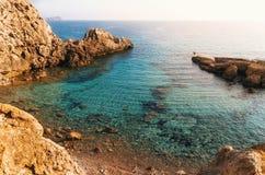 Взгляд одичалого пляжа с лазурной водой, Мальоркой, Испанией стоковое изображение