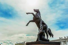 Взгляд памятника tamers лошади Питером Klodt на мосте Anichkov или мосте 4 лошадей в Санкт-Петербурге России Стоковое Фото