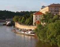 Взгляд памятников от реки в Прага Стоковое Изображение