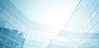Взгляд панорамных и перспективы широкоформатный к предпосылке стальной сини стеклянных высоких небоскребов здания подъема Стоковые Фотографии RF