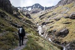 Взгляд 3 панорамы водопада пешей природы девушки Шотландии гористой местности Глена Coe гористый Стоковые Изображения