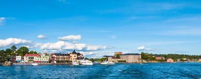 Взгляд панорамы городка и замка Vaxholm стоковые фото