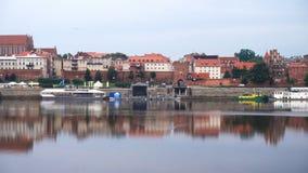 Взгляд панорамы городка Торуна на речном береге Wistula акции видеоматериалы