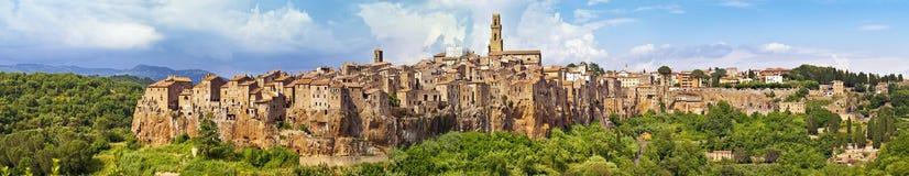 Взгляд панорамы городка Pitigliano стоковое изображение rf